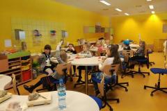 dzieci podczas zajęć w laboratorium