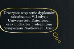slajd z napisem uroczyste wręczenie dyplomów zakończenia VII edycji UD